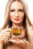 Belle femme avec une cuvette de thé vert images stock