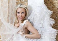 Belle femme avec une robe de mariage raccord image stock