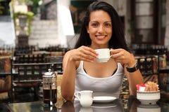 Belle femme ayant le café en café de cour Photographie stock libre de droits