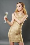 Belle femme ayant un verre de champagne Photographie stock libre de droits