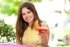 Belle femme ayant une boisson images libres de droits