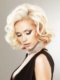 Belle femme blanche avec la coiffure bouclée Photographie stock libre de droits