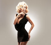 Belle femme blanche sexy dans la robe noire Photographie stock