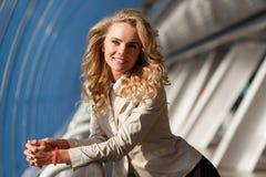 Belle femme blonde élégante dans l'immeuble de bureaux photographie stock libre de droits