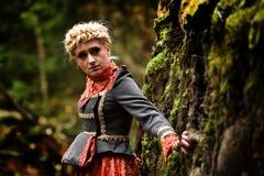 Belle femme blonde élégante dans la forêt d'automne photo stock