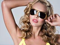 Belle femme blonde avec de longs cheveux onduleux Photographie stock