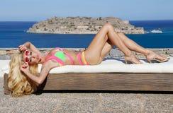Belle femme blonde avec de longues jambes dans une robe de boule rose Photo libre de droits