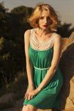 Belle femme blonde avec la coiffure courte bouclée de plomb, sensible Photographie stock libre de droits