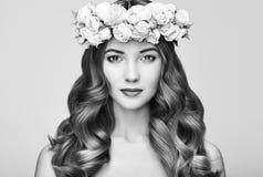 Belle femme blonde avec la guirlande de fleur sur sa tête Images stock