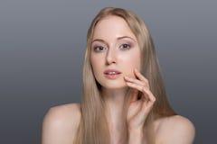 Belle femme blonde avec le concept de soin de fleur-peau de coton Photo stock