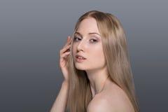 Belle femme blonde avec le concept de soin de fleur-peau de coton Photo libre de droits