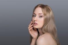 Belle femme blonde avec le concept de soin de fleur-peau de coton Photos stock