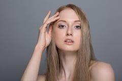 Belle femme blonde avec le concept de soin de fleur-peau de coton Images stock