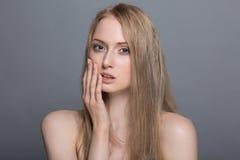 Belle femme blonde avec le concept de soin de fleur-peau de coton Image libre de droits
