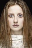 Belle femme blonde avec le long maquillage de cheveux droits et de style Image stock