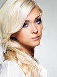 Belle femme blonde avec le long renivellement de cheveu bouclé et de type. photos stock