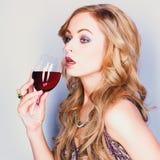 Belle femme blonde avec le vin rouge en verre images libres de droits