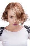 Belle femme blonde avec les languettes rouges. Photographie stock libre de droits