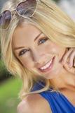 Belle femme blonde avec les lunettes de soleil en forme de coeur Photographie stock