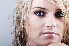 Belle femme blonde avec un regard fixe énigmatique sombre Images stock