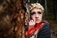 Belle femme blonde dans la forêt d'automne photographie stock libre de droits
