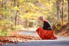 Belle femme blonde dans la forêt d'automne images libres de droits