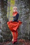 Belle femme blonde dans la forêt d'automne image stock