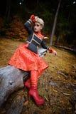 Belle femme blonde dans la forêt d'automne images stock