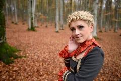 Belle femme blonde dans la forêt d'automne image libre de droits