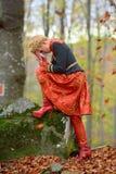 Belle femme blonde dans la forêt d'automne Photos libres de droits