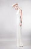 Belle femme blonde dans la robe avec la coiffure créative photographie stock