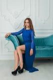 Belle femme blonde dans la robe bleue dans l'intérieur image libre de droits