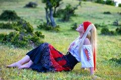 Belle femme blonde dans la robe démodée Photographie stock libre de droits