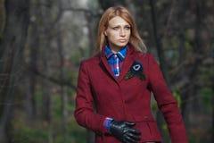 Belle femme blonde dans la veste en tweed et gants en cuir dans l'aut Images libres de droits