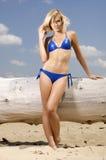 Belle femme blonde dans le bikini bleu image libre de droits