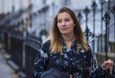 Belle femme blonde dans les rues de Londres Image stock