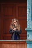 Belle femme blonde dans un manteau gris-clair photo libre de droits