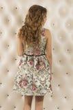 Belle femme blonde dans une robe Vue du dos images stock