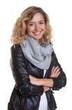 Belle femme blonde dans une veste en cuir Photo stock