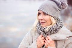Belle femme blonde devant le lac image libre de droits