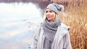 Belle femme blonde devant le lac photographie stock libre de droits