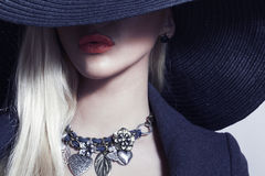 Belle femme blonde en bijoux noirs de Hat.Spring image stock