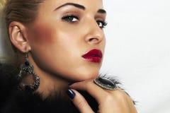 Belle femme blonde en fourrure. Lèvres de bijoux et de Beauty.red Photographie stock libre de droits