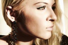 Belle femme blonde en journée. ombre du soleil Photo libre de droits