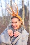 Belle femme blonde en parc avec des oreilles de lapin photographie stock