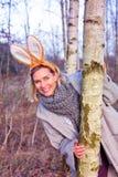 Belle femme blonde en parc avec des oreilles de lapin photos stock