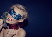 Belle femme blonde heureuse dans le masque. Image stock