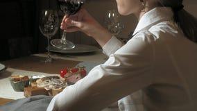 Belle femme blonde mangeant et buvant dans le temps de restaurant, de déjeuner ou de dîner banque de vidéos