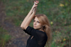 Belle femme blonde mystérieuse dans la forêt d'automne Photos libres de droits