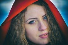 Belle femme blonde posant dans la neige Photographie stock libre de droits